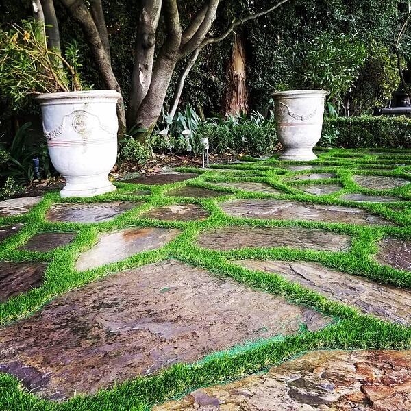 synthetic grass between stepping stones-1